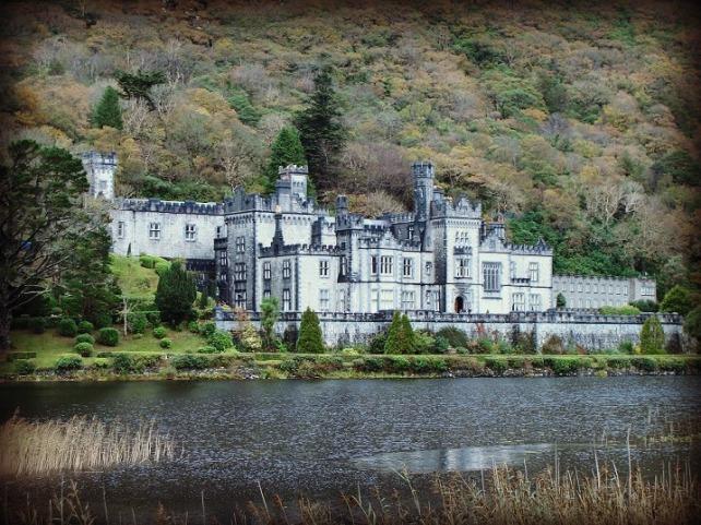 Kylemore Abbey, en Connemara, construida por el empresario y político Mitchell Henry en honor al amor de su vida: su esposa. Lamentablemente ella murió poco después de finalizar las obras. Él nunca superó la muerte de su gran amor...