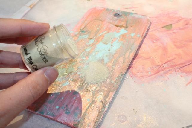 Tutorial como decorar una tag de madera con tecnicas mixedmedia 12